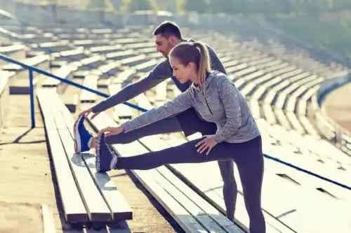 Cuplu care se bucură de beneficiile sportului pentru anxietate