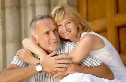 Cuplu care înțelege simptomele andropauzei