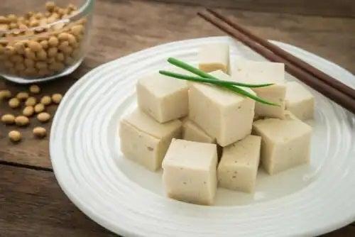 Farfurie cu cuburi de tofu