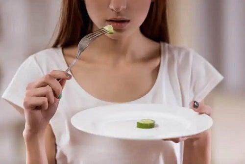Fată care are o dietă restrictivă