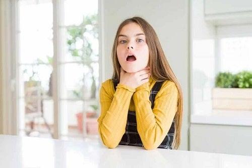 Fată care suferă de disfagie
