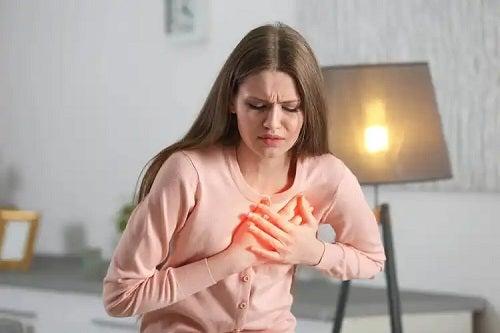 Fată afectată de psoriazis și bolile coronariene