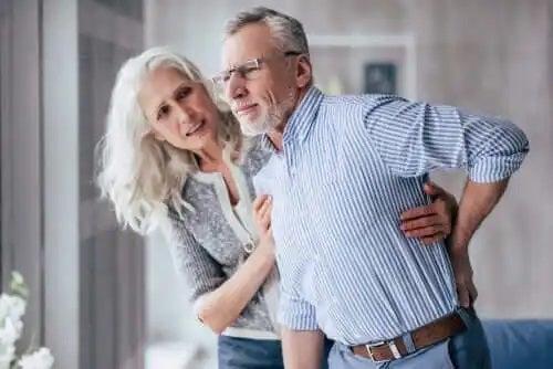 Femeie care ajută un bărbat care are dureri