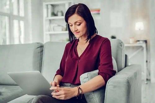 Femeie care profită de beneficiile terapiei online
