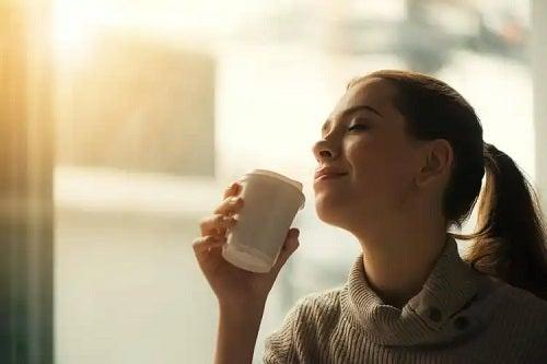 Femeie care bea cafea