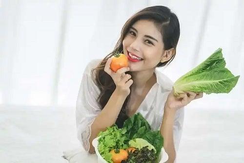 Femeie care știe că dieta afectează pielea