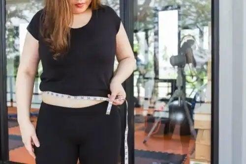 Femeie care urmează dieta pentru boala Hashimoto