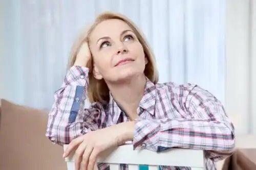 Femeie care face diferența între creier și minte