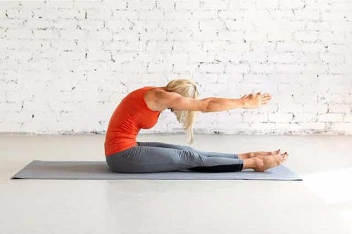 Femeie executând exerciții Pilates pentru începători