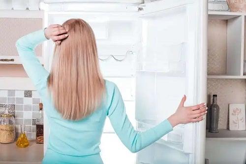 Femeie cu frigiderul gol