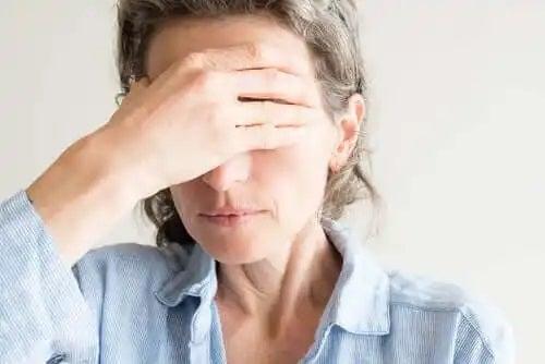 Femeie care nu știe cum să previi uscarea ochilor