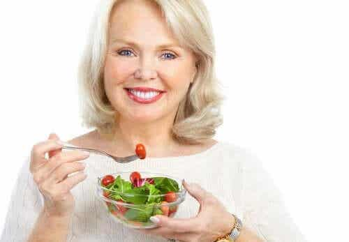 Femeie servind o salată sănătoasă