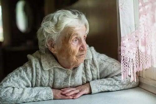 Femeie care se gândește la tipuri de eutanasie