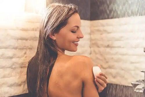 Femeie care cunoaște utilizările săpunului neutru