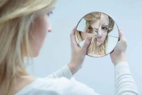 Femeie cu imaginea de sine distrusă