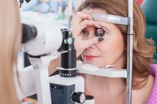 Medic ce analizează caracteristicile retinitei pigmentare