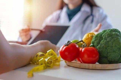 Medic explicând dieta pentru menopauză unei paciente
