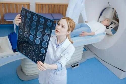 Diferența dintre tomografie și RMN