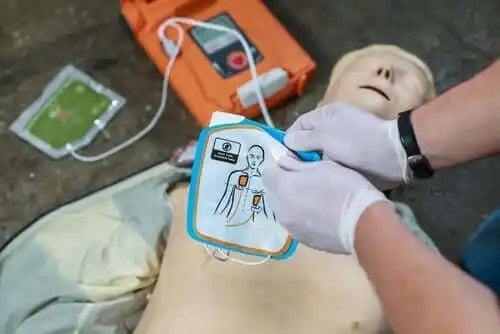 Medic care acordă primul ajutor în stopul cardiac