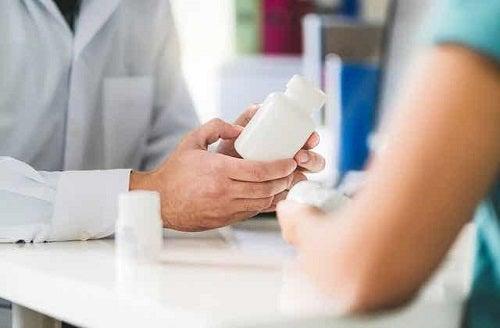 Medic explicând unei paciente vârsta menopauzei