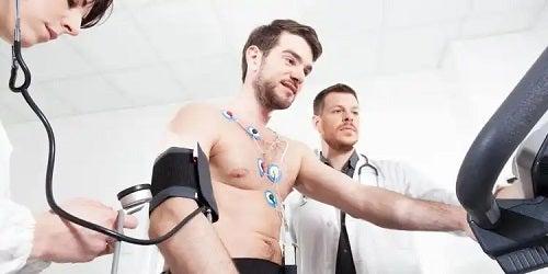Pacient care trece prin testul de efort cardiac