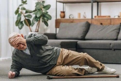 Prevenirea căzăturilor la bătrâni: sfaturi utile