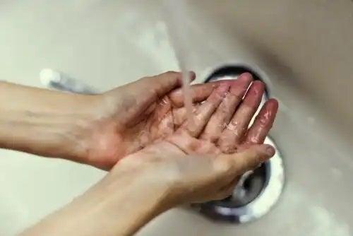 Cum să previi rezistența antimicrobiană prin spălat pe mâini