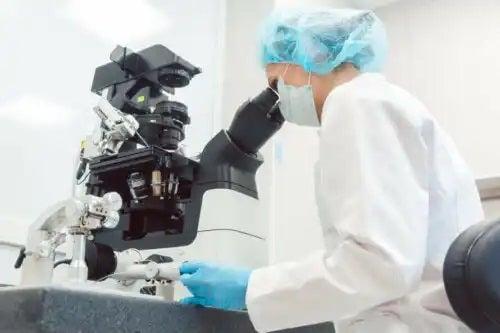 Specialist care analizează originea metastazei canceroase