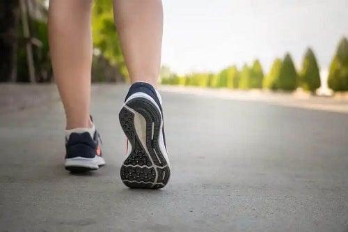 Sportiv care merge pe jos