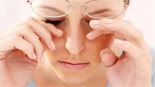 Tânără care nu știe cum să previi uscarea ochilor