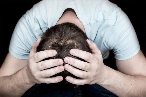 Bărbat care suferă de depresie