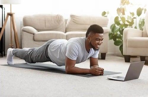 Bătbat care face exerciții de încălzire pentru acasă