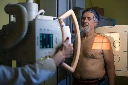 Bărbat la radiografie