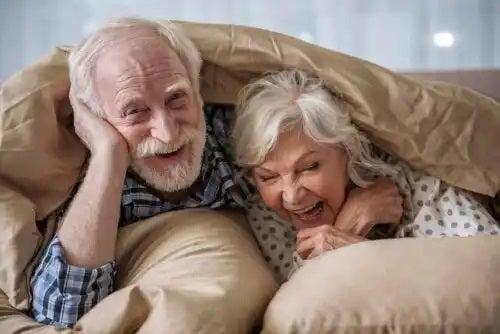 Bătrâni fericiți în pat