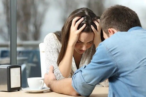 Cuplu care discută despre tipuri de divorț