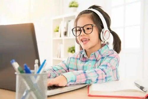 Fetiță care știe cum poți elibera spațiu pe calculator