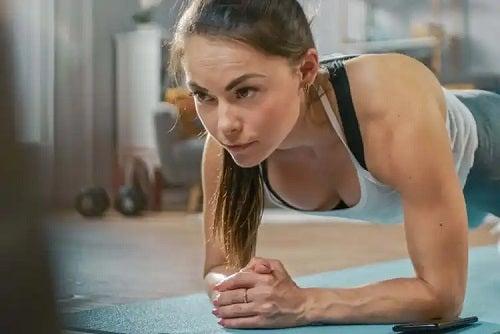 Fată care face antrenamentul cu greutatea corpului