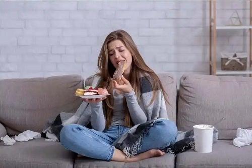 fată care consumă dulciuri