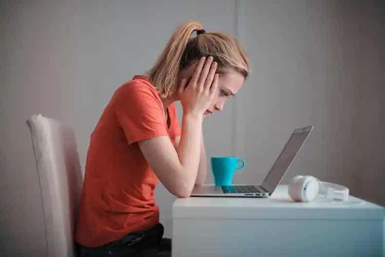Fată care nu știe cum poți elibera spațiu pe calculator