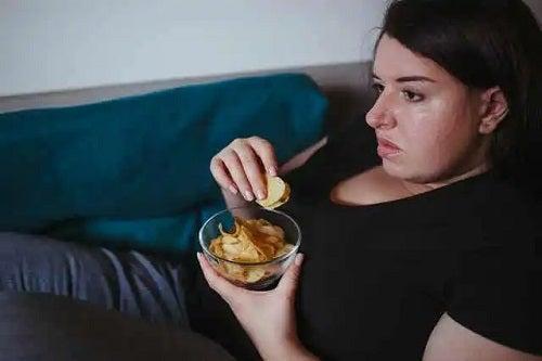 Fată care nu cunoaște riscurile vieții sedentare asupra creierului
