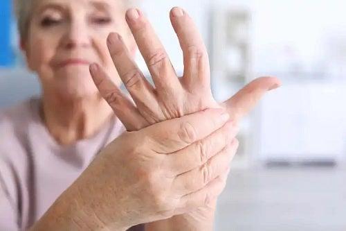 Femeie care are artrită