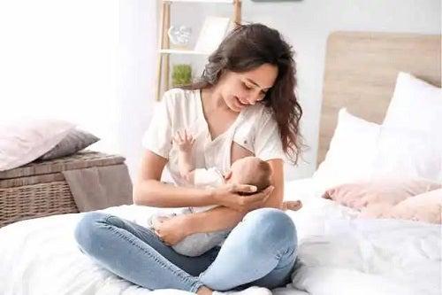 Femeie care alăptează un bebeluș