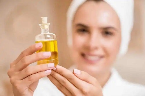 Femeie care cunoaște beneficiile uleiului de copaiba