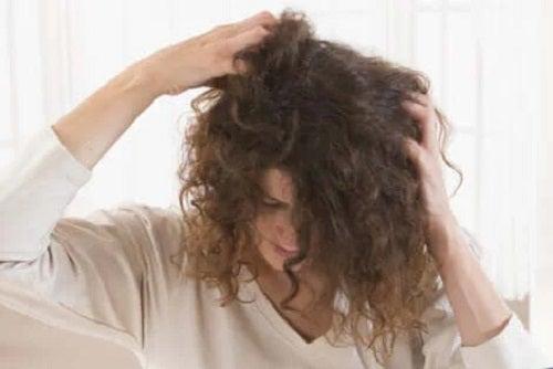 Femeie care se confruntă cu căderea părului în alăptare