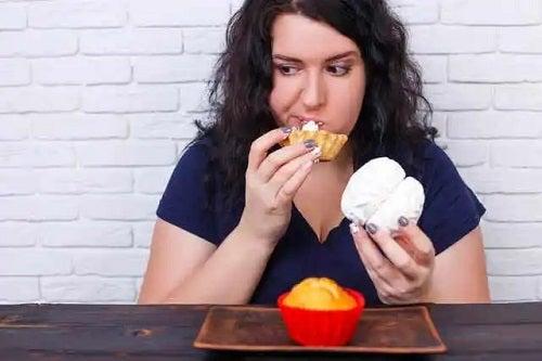 Femeie care nu știe cum să eviți mâncatul compulsiv