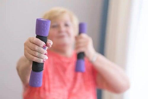 Femeie care face exerciții izotonice și izometrice