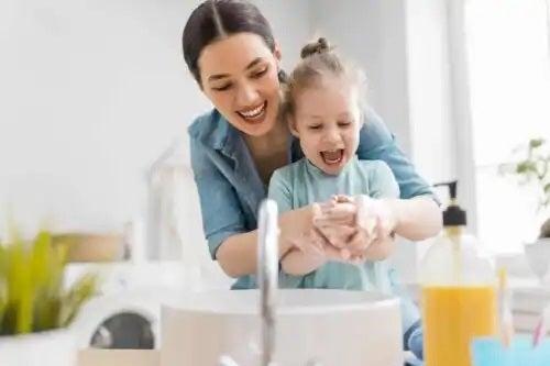 Femeie care idei pentru baia copilului