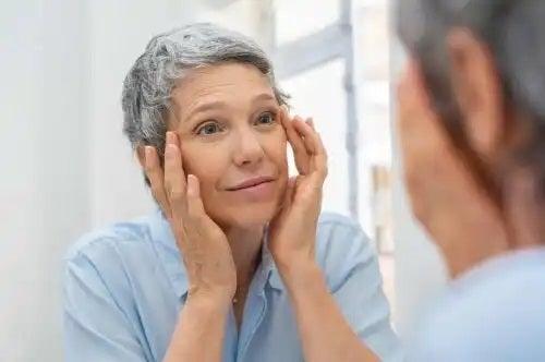 Femeie care are parte de îmbătrânire sănătoasă