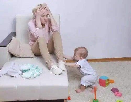 Femeie care nu simte legătura emoțională cu bebelușul