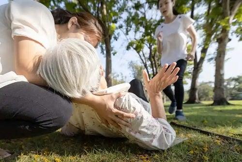 Femeie leșinată în parc